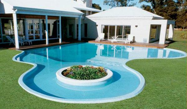 construir una piscina con jardín en Isla